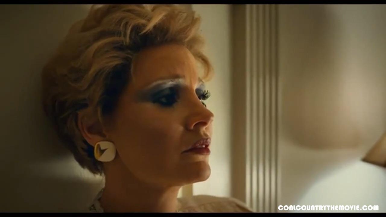 Jessica Chastain dan Andrew Garfield dalam Film The Eyes of Tammy Faye